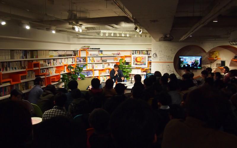 2014年2月に開催された浅田彰×東浩紀「フクシマは思想的課題になりうるか」は伝説のトークショーとなった ステージ左のソファに横たわるのが浅田氏